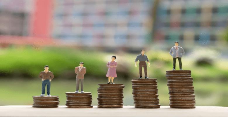 Imagem ilustrativa de pessoas em cima de montes de moedas.
