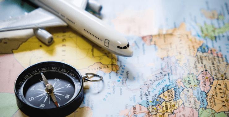 avião de brinquedo em cima de um mapa simulando uma viagem