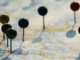 imagem de pins em um mapa mostrando lugares para viajar