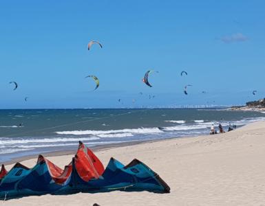 pessoas praticando esportes na praia ade cumbuco