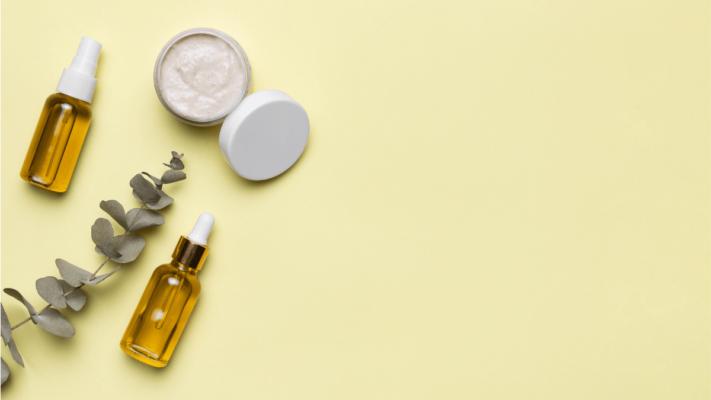 exemplos de cosméticos e potes para levar no aviao na mala de mao